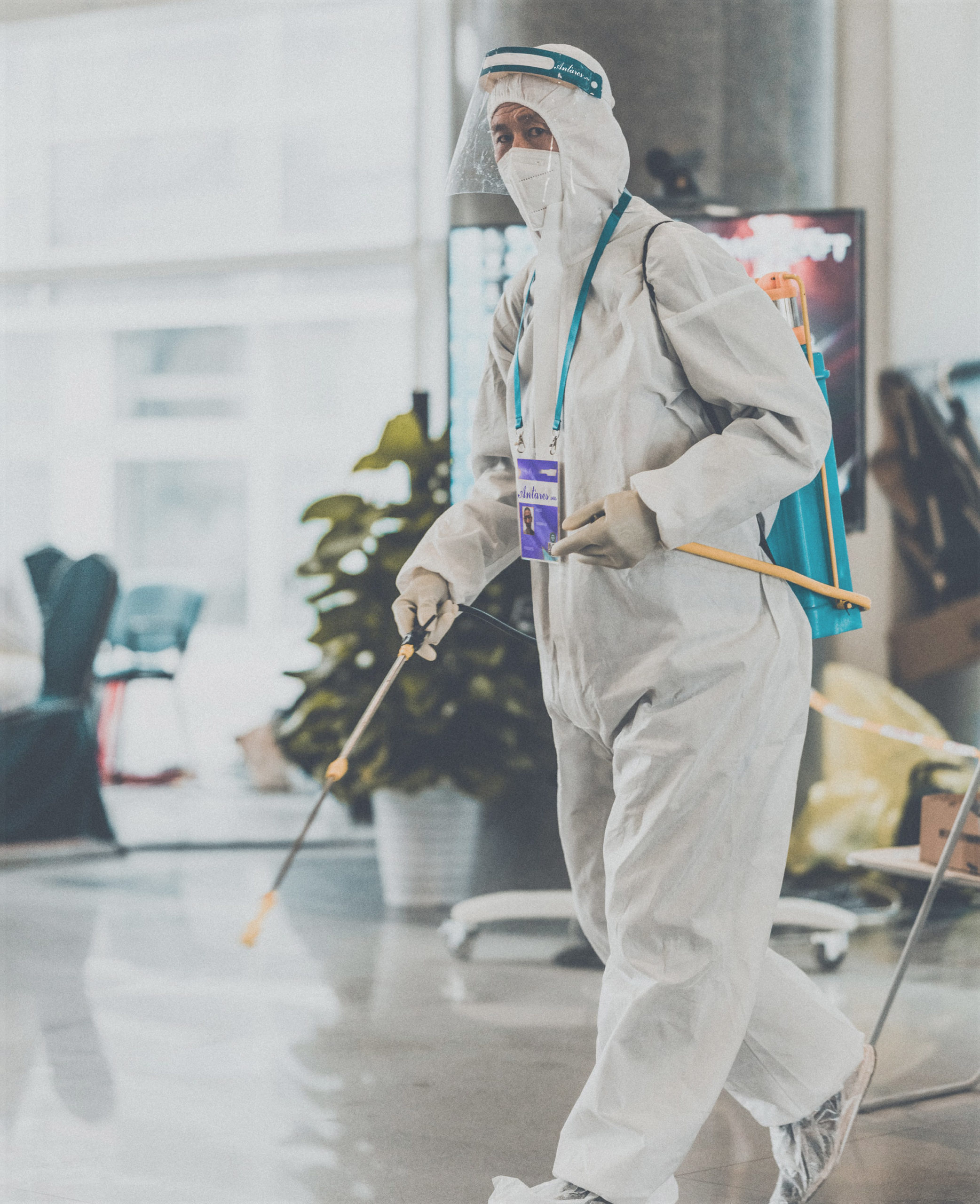 Un uomo sanifica una hall