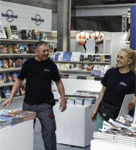 Marcello e Viola preparano uno stand al salone del libro.